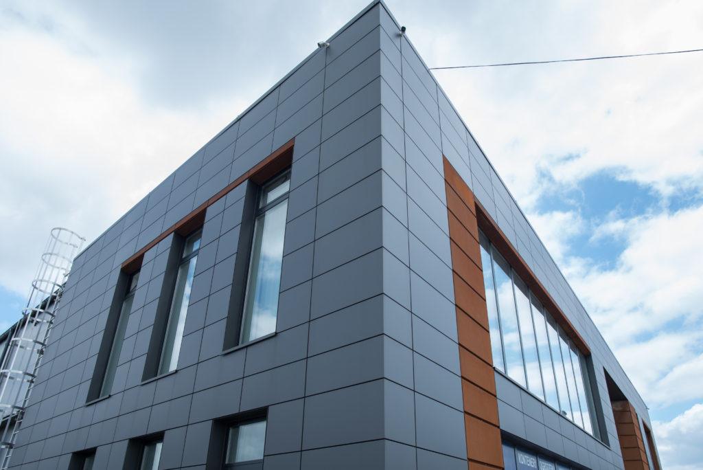 róg budynku siedziby firmy BTB Properties w okolicach Piaseczna